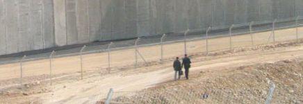 Bil'in, la Corte suprema israeliana ordina il cambiamento del percorso del Muro dell'Apartheid: deve rimanere entro i territori israeliani.
