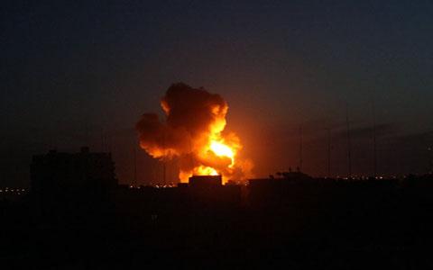 Aviazione israeliana sgancia 5 missili e bombarda ancora Gaza. Tre palestinesi feriti