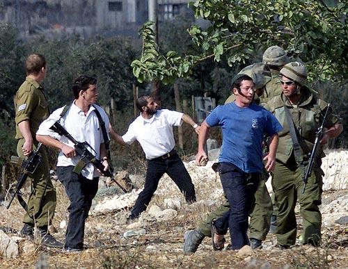 La calata dei Barbari: coloni israeliani incendiano e distruggono terre palestinesi