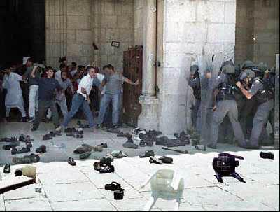 Violenti scontri tra forze d'occupazione e fedeli in preghiera nella moschea di al-Aqsa