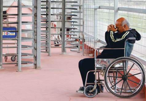Israele costringe malati e sofferenti di Gaza a collaborare